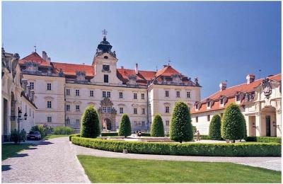 Zámek Valtice, zdroj fotografie: https://commons.wikimedia.org/wiki/File:Valtice_castle_courtyard.JPG
