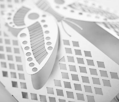 Detail práce laserového paprsku při řezání do papíru