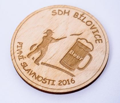 Pamětní mince zpracována gravírováním a řezáním do topolové překližky o síle 4 mm
