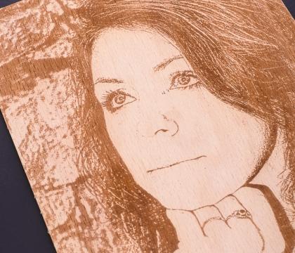 Upravená fotografie pomocí perokresby gravírovaná na bukovou překližku