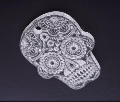 Lebka vytvořená řezáním do plexiskla