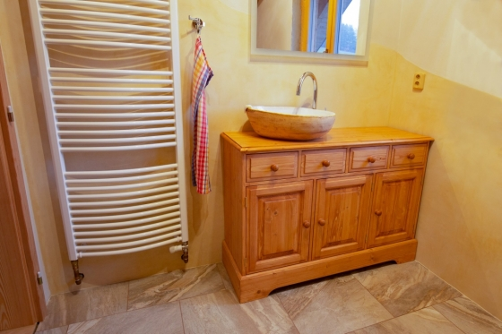 Masivní koupelnový nábytek z dílny UNIS-N