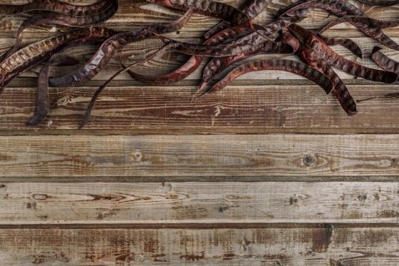 Každý kousek akáciového dřeva je plný nerovností a trhlinek, které jej činí unikátním