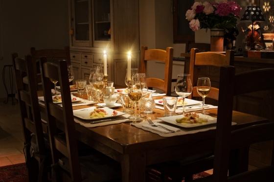 Dřevěné jídelní stoly vdechnou interiéru rustikální atmosféru.