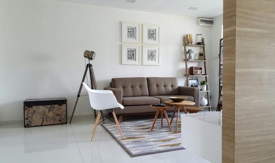 Obývací pokoj s dominantnimi stolky. Zdroj: Pixabay