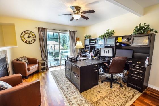 Prostorný stůl je pro produktivní práci velmi důležitý.
