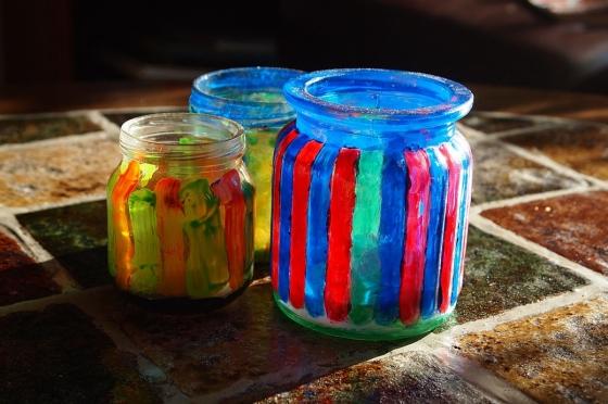 Nechte své děti kreativně se vyřádit právě na starých sklenicích