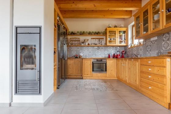 Kuchyně z masivu s rustikálním nádechem může být moderní i ergonomická