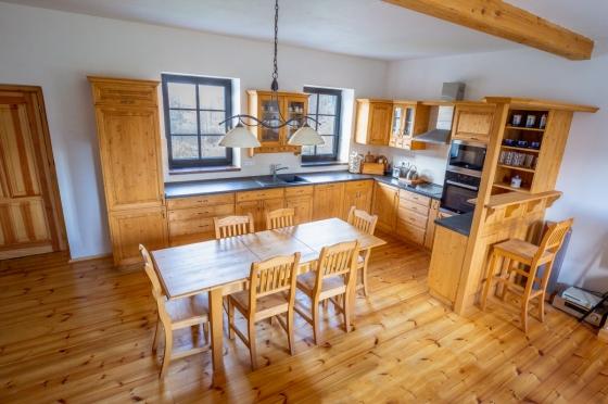 Rustikální kuchyně s jídelním stolem z dílny UNIS-N