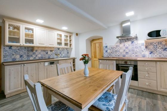 Masivní stůl v rustikální kuchyni od UNIS-N