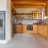 Jaké materiály jsou do rustikální kuchyně nejvhodnější?