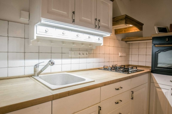 Pracovní deska kuchyňské linky ze dřeva je krásná a funkční