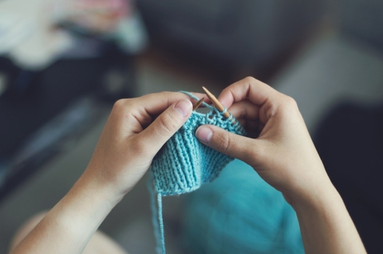 Už naše babičky si krátily volný čas pletením šál, svetrů, čepic či ponožek.