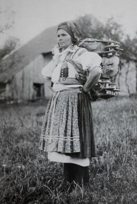 Žena z Nové Lhoty při prodeji hraček.