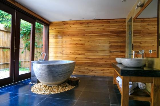 amenná vana a umyvadlo vypadají v kombinaci se dřevem naprosto kouzelně.