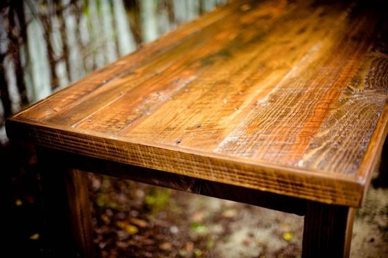 Dřevěný zahradní nábytek potřebuje náležitou péči. Odměnou vám bude pohodlí i zdání luxusu.
