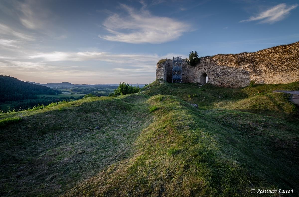 Z gotického hradu Lanšperk se dochovaly pouze zbytky hradeb.