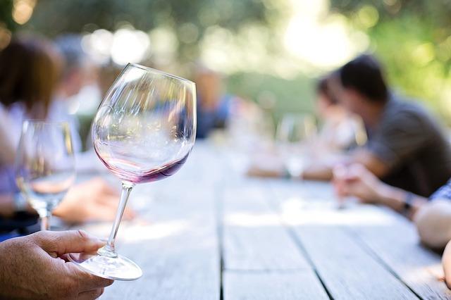 Kolik vína koupit na  svatbu
