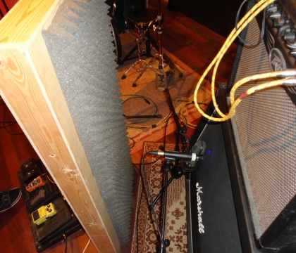 Nahrávání kytar ve studiu Ziki Records
