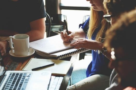 Při navrhování tónu komunikace vyzkoušejte brainstorming s kolegy