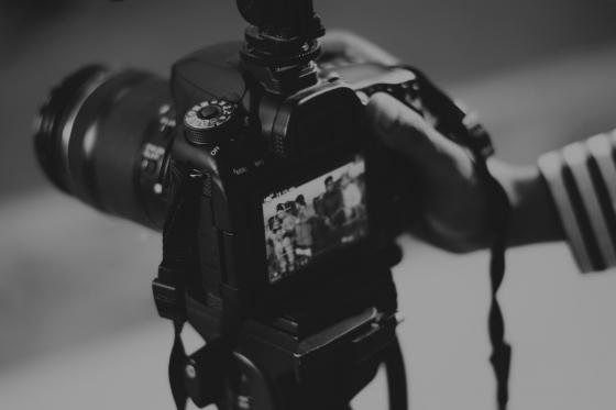 Vlastní fotografie vs. fotobanky aneb Proč se vyplatí investovat do fotek na zakázku