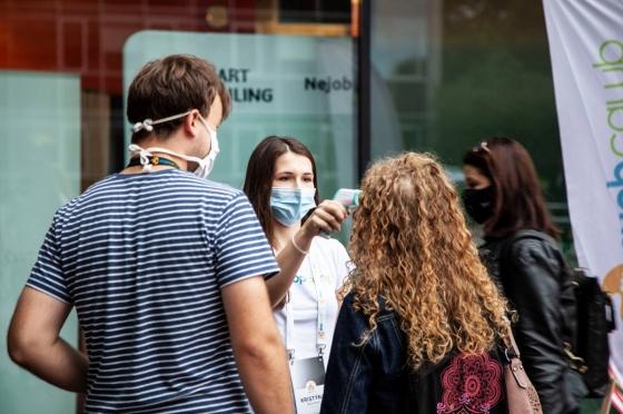 Před vstupem do budovy nás všechny pečlivě změřili  (zdoj: Shopcamp)