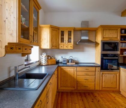 Díky nekonečně dlouhé kuchyňské pracovní desce se snadno udržuje při vaření přehled a pořádek. Spousty pečlivých detailů pak dodávají útulnost.