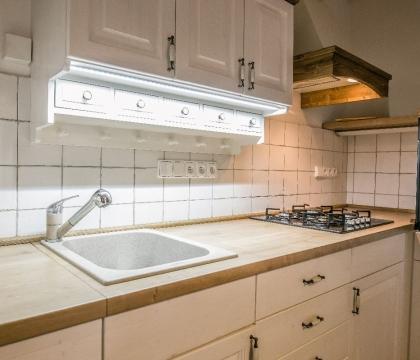 Dřez, baterie, spotřebiče, osvětlení nebo úchytky? Vyřešíme s vámi kuchyni včetně každého funkčního detailu, vhodného doplňku a elektrického spotřebiče.