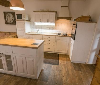 Sytá barva na dřevěném masivu dává kuchyni moderní vzhled. Ovšem stále s výhodou pevné konstrukce a skvělého zpracování.