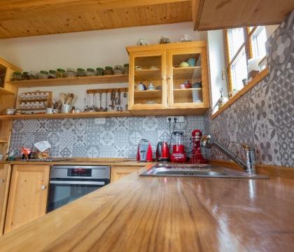 Kuchyň netvoří jen její krása, ale především funkčnost. Dubová pracovní deska je proto naprostou špičkou – elegantní, přírodní, přitom však vysoce odlná.
