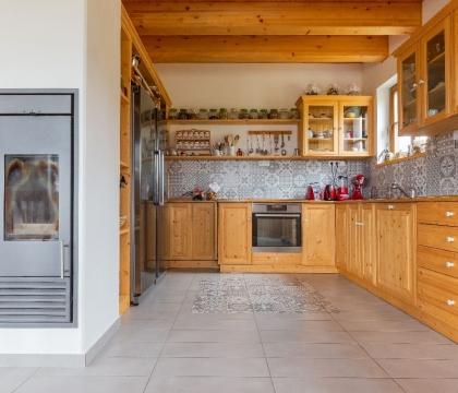 Kuchyň z masivu a v tradičním designu skvěle zapadá do citlivě zrekonstruovaných domů s historií a příběhem.