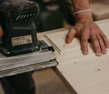 Mnohé kroky výroby děláme ručně. Je to totiž nejlepší způsob, jak se dobrat skvělého výsledku. A vám to přináší jistotu, že nedostatene jen konfekční nábytek.