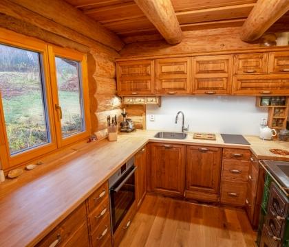 Okno je pro kuchyň vždycky požehnáním. Ať už se za ním prohánějí vločky nebo vychází ráno slunce, vždycky z něj sálá atmosféra.