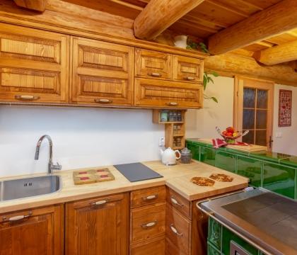 Na kachlová kamna je majitelka obzvlášť hrdá. A my jsme rádi, jak čistě a přirozeně se nám na ně podařilo navázat kuchyňskou linkou v masivním dřevě