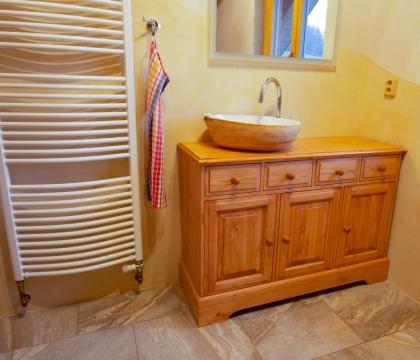 Nezbytné nábytkové doplňky ze stejného materiálu je možné instalovat třeba do koupelny, kde s ve spojení s designovým umyvadlem opravdu vyjímají.