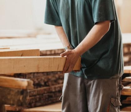 Dobře vybrat ten správný kus dřeva je kumšt. Chceme, aby vám na nábytku hrdě ukázalo svou přirozenou kresbu, ale současně aby nemělo vady a nedostatky.