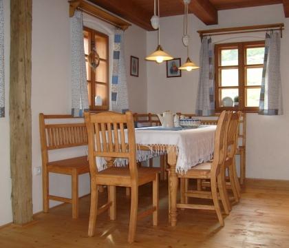 Kuchyně v chalupě vybavená nábytkem UNIS-N