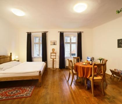 Pokoj penzionu vybavený nábytkem v rustikálním stylu
