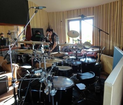Ozvučené bicí připravené na nahrávání ve studiu Ziki Records