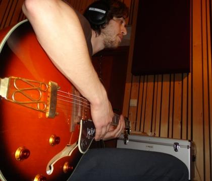 Nahrávání kytary ve studiu Ziki Records